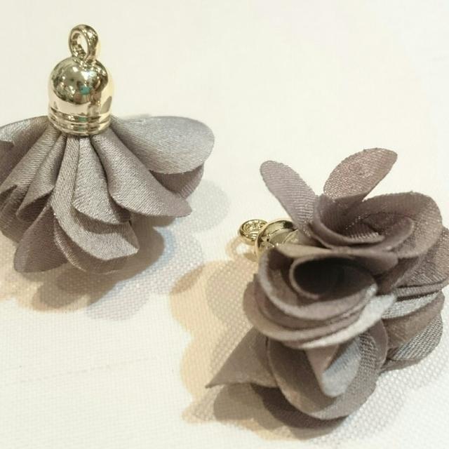 上品な花タッセル(グレー)