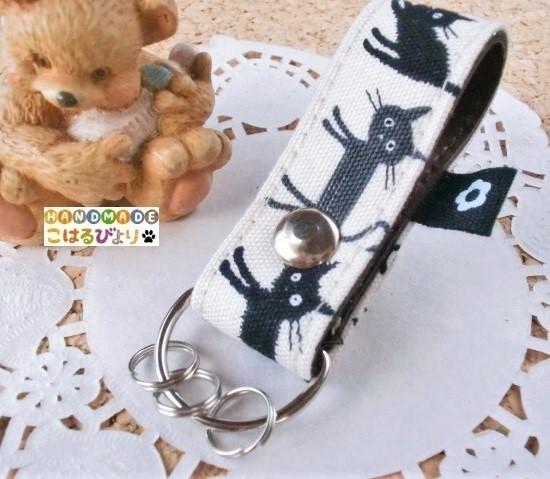 黒猫ちゃん柄の合皮製キーストラップ?