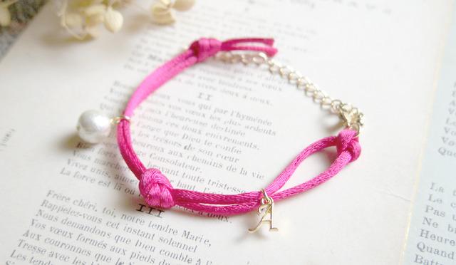 サテンコードルのイニシャル【選択可】ブレス(ピンク)