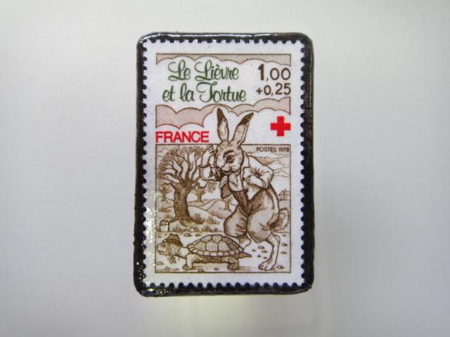 フランス  ウサギとカメ切手ブローチ1467