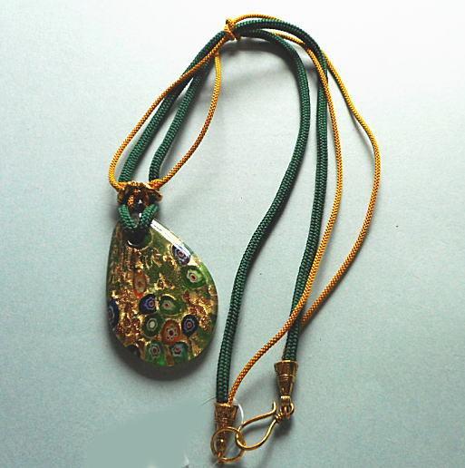 グリーンの瑠璃ガラスのペンダントと正絹組紐の緑のネックレス!大胆にどうぞ。。。(18n-7)