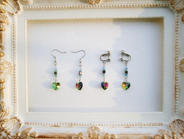 虹色に輝くハートの耳飾り(ピアスorイヤリング)