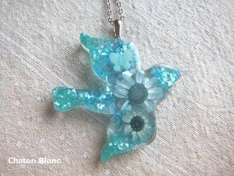 青い鳥のネックレス