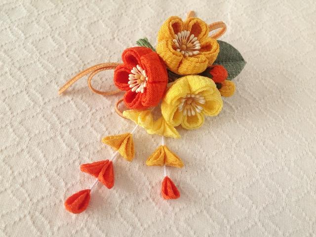 〈つまみ細工〉藤下がり付き梅三輪とベルベットリボンの髪飾り(レモンと山吹と橙)