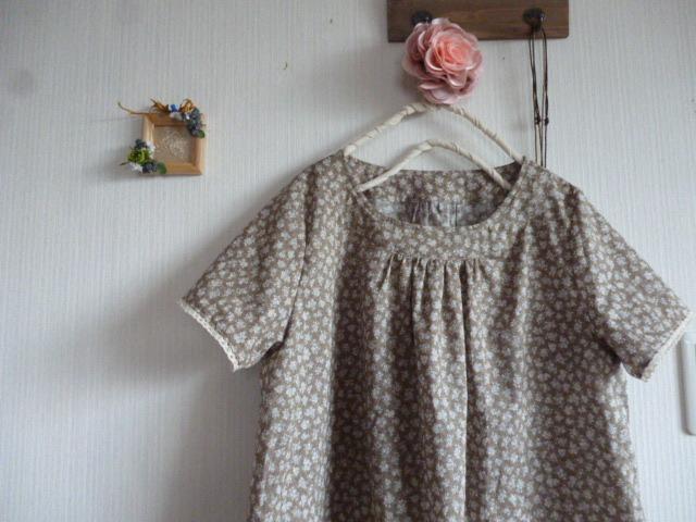 小花柄の衿ヨーク切り替えギャザーチュニック
