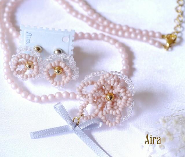 花のネックレスとイヤリング