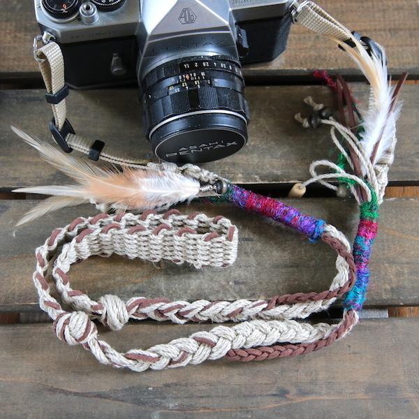 羽飾り・ウッドビーズ付きスエード調紐と麻のカメラストラップ(2重リング)