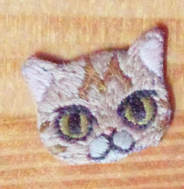 ねこの刺繍ブローチ
