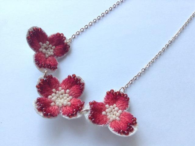 赤い花の3連ネックレス