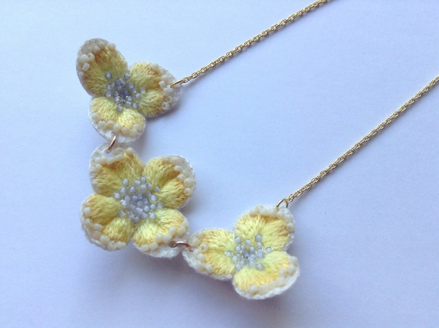 黄色い花の3連ネックレス