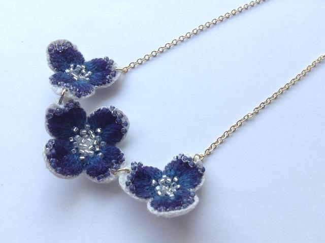 紺色の花の3連ネックレス