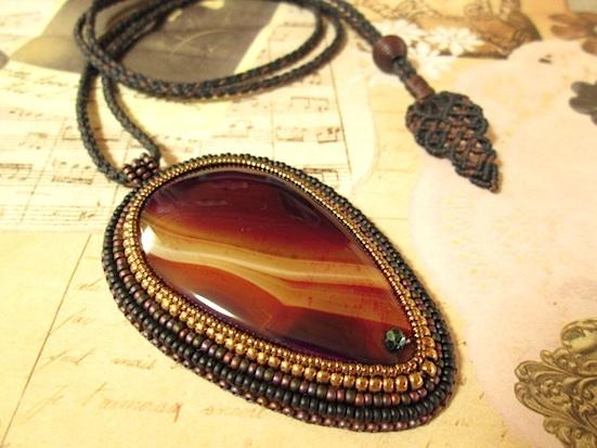 ビーズ刺繍の天然石ペンダント 094
