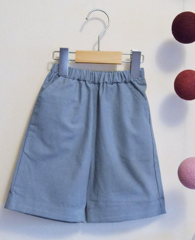 キッズ100 くすんだグリーンブルーのシンプルひざ丈パンツ