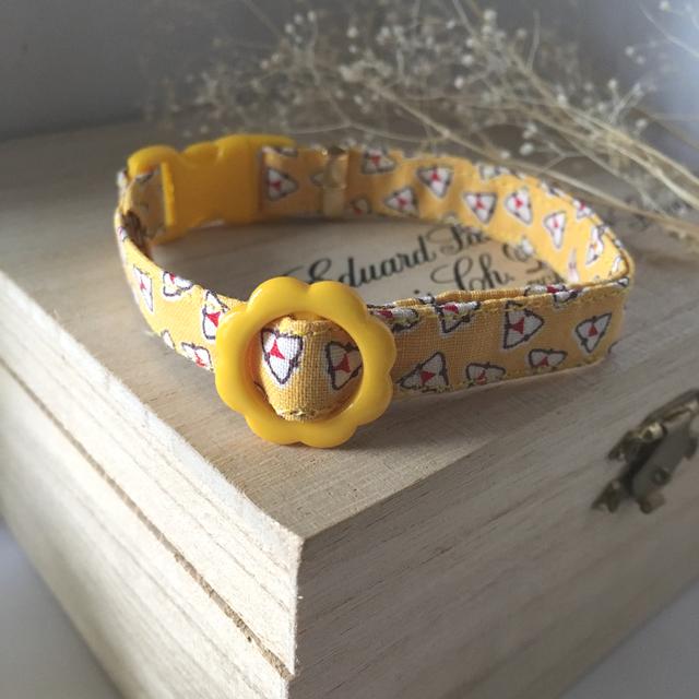 幾何学模様の黄色い猫の首輪