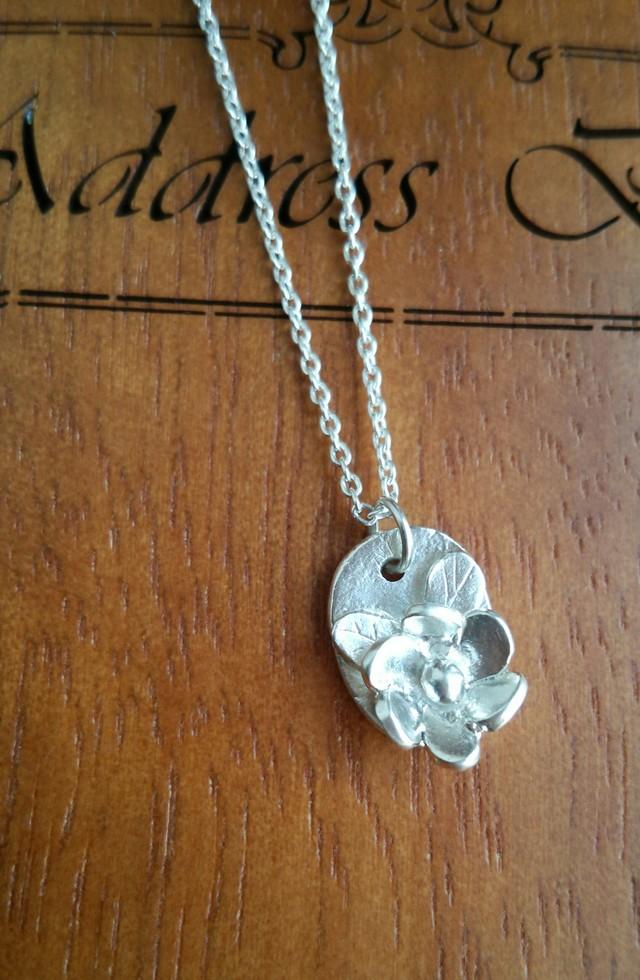 シンプルなデザインの花ネックレス