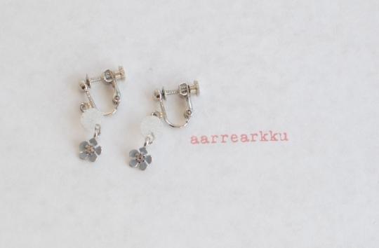 〔ピアスOK〕忘れな草のお花(青)とシュガービーズのイヤリング