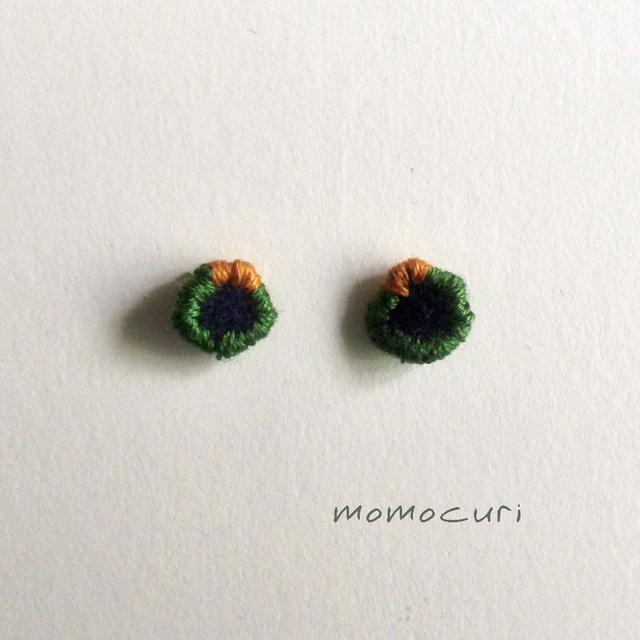 小さくてかわいい 丸ピアス オリーブにマスタード刺繍 011