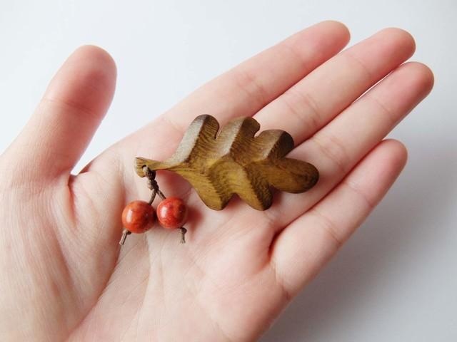【再販♪】木製葉っぱとアップル珊瑚の木の実のブローチL