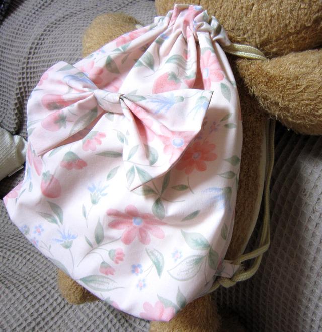 b04_ピンク地イチゴと花柄リボン付き 子供用キッズリュックサック 90〜100
