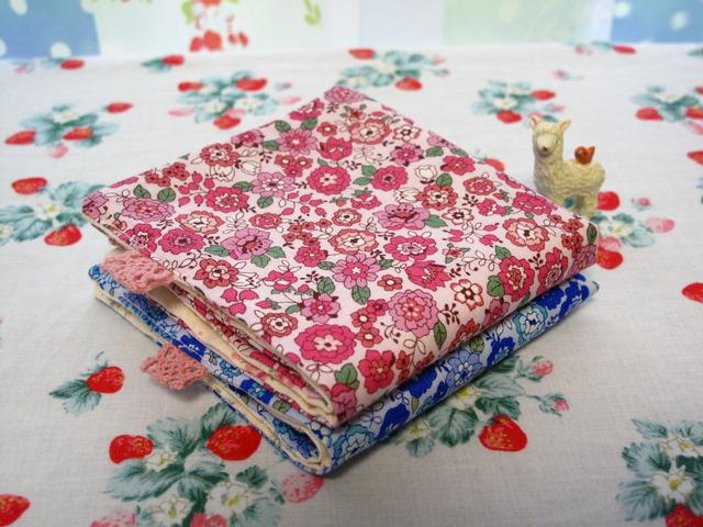 *レトロな花柄のガーゼハンカチ*2枚組*ピンク&ブルー*