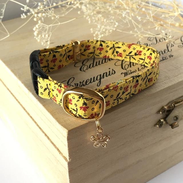 秋めく黄色の小花模様 猫の首輪 お花のチャーム付き