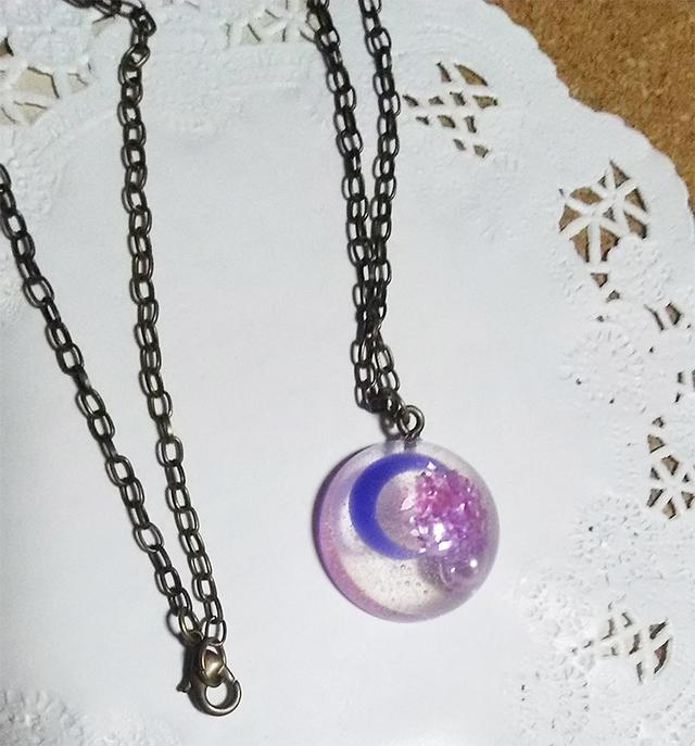 紫の月のネックレス