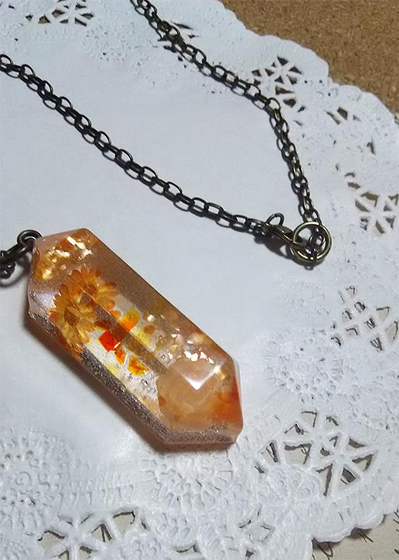 水晶型のオレンジネックレス