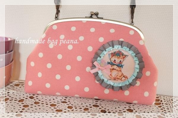 ☆ねこのロゼッタ風ブローチ付きの水玉がまぐちポシェット/ピンク☆