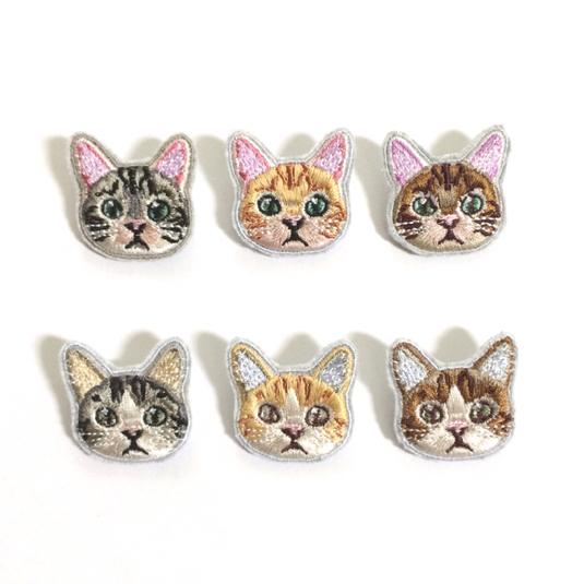 トラ猫のミニ刺繍ブローチ
