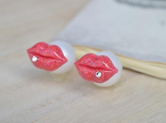 ピンク色の唇ピアス(ラメ入り)