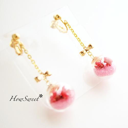 【HowSweet*】赤いお花とピンクブリオンを閉じ込めたガラスドームイヤリング