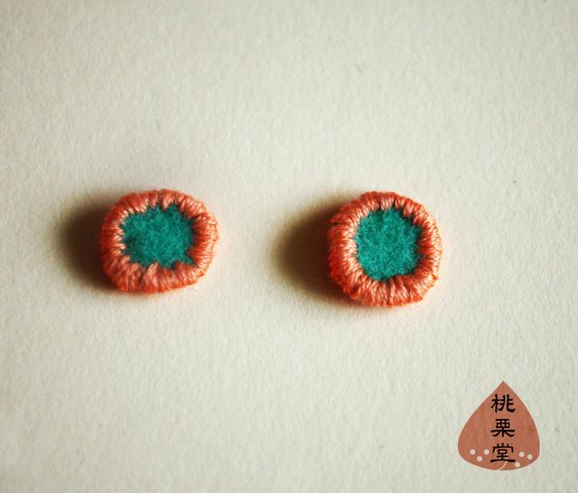 小さくてかわいい 丸ピアス エメラルドグリーンフェルトにサーモンピンク刺繍 017