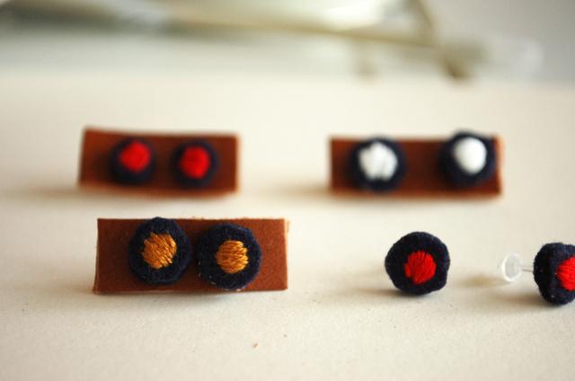 【受注品】 レトロな雰囲気がかわいい 秋色ピアス 丸いほっこりフェルト刺繍