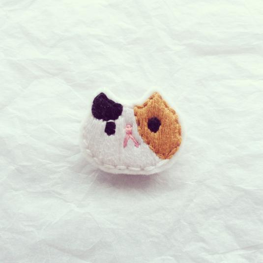 三毛猫のブローチ