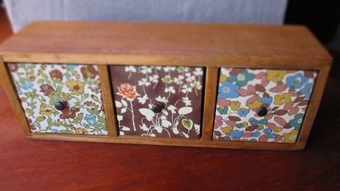 リバティ引き出しつき木製飾り棚ブラウン系