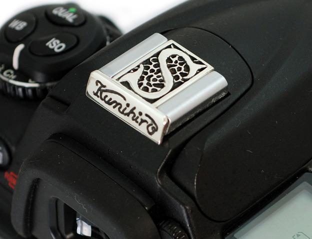 イニシャルと名前のシルバー製カメラホットシューカバー