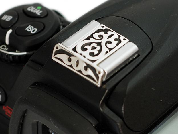 唐草模様のシルバー製カメラホットシューカバー SCN-003