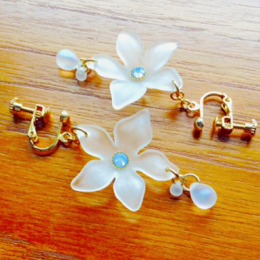 frost  flower   氷の華  スワロフスキー  揺れるピアス  イヤリング/ノンホールピアス 乳白色