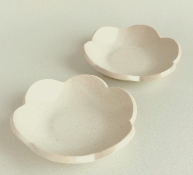 陶器の花小皿〈送料込〉_アイボリーマット