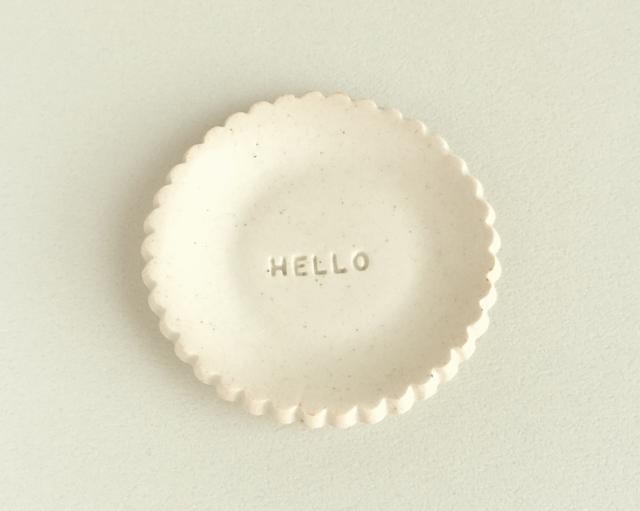 陶器の豆皿〈送料込〉HELLO_アイボリー...