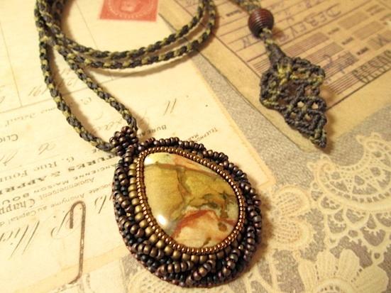 ビーズ刺繍の天然石ペンダント 095