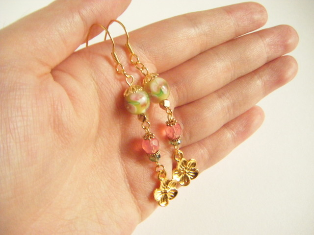 トンボ玉とお花パーツのピアス(グリーン&ピンク)