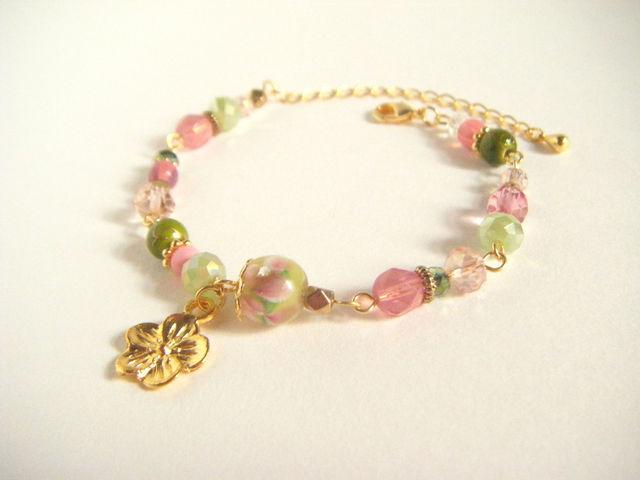 トンボ玉とお花パーツのブレスレット(グリーン&ピンク)