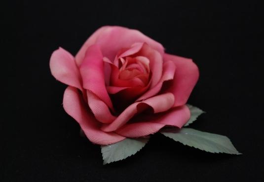 赤い薔薇のコサージュ