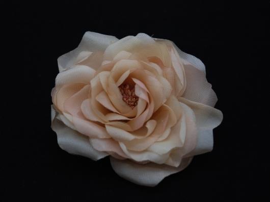 ベージュの薔薇のコサージュ