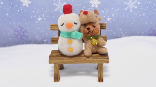 クリスマスの日のトナカイコグマさんと雪だるまさん