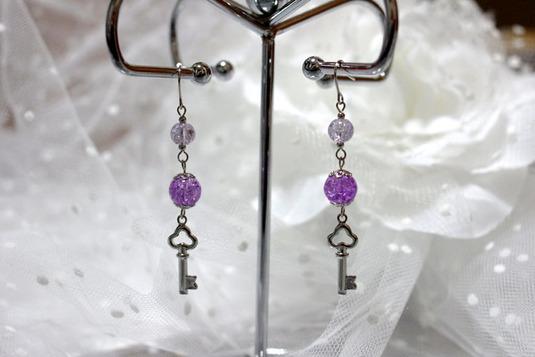 クローバーキーモチーフのピアス 薄紫