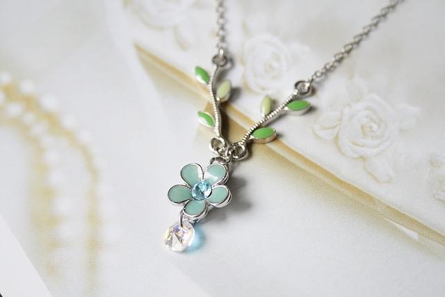 ライトブルーの小花ネックレス