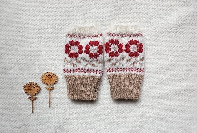 手編みの指なしミトン  【庭のお花】 赤
