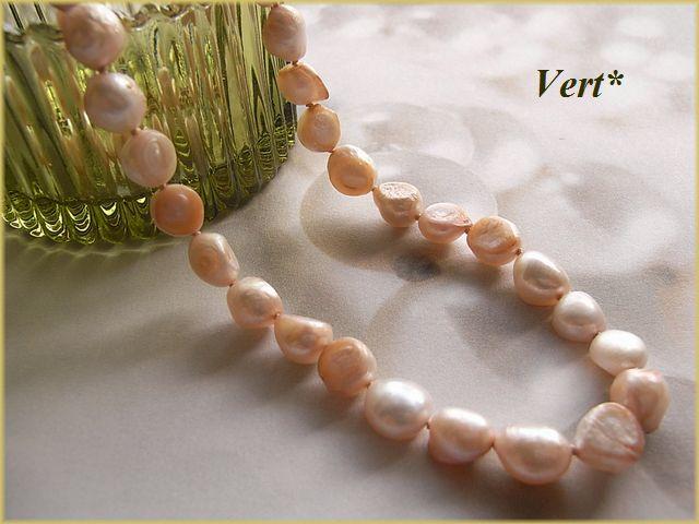 Vert* 【Vermeil】 ホワイト×サーモンピンク母貝付フラットバロック淡水パールグリフィンショートネックレス